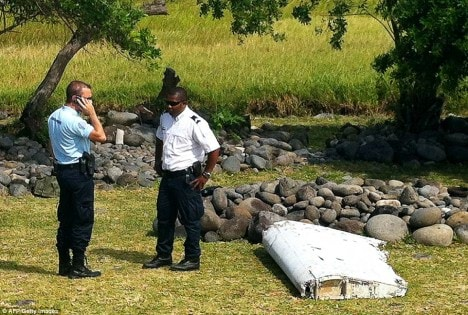 2AF066A200000578-3178978-From_MH370_Officials_are_examining_debris_found_washed_up_on_Reu-a-23_1438191532883