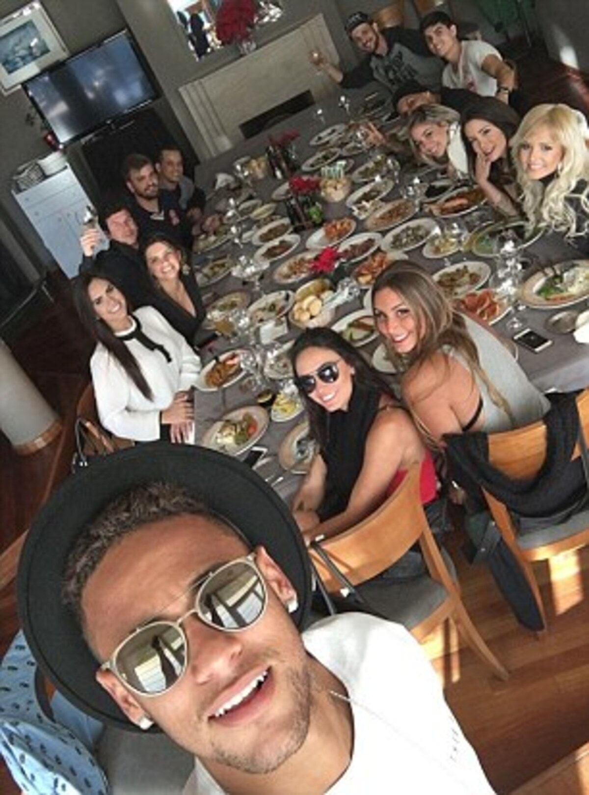 2FB54A6F00000578-0-Andrade_was_first_spotted_on_Neymar_s_Instagram_as_they_enjoyed_-m-41_1451580388231