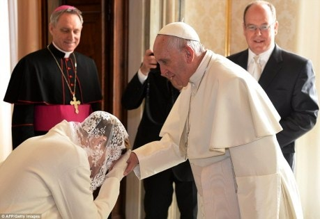 304C700300000578-3404770-Princess_Charlene_kisses_the_head_of_Pope_Francis_as_her_husband-a-150_1453122810265