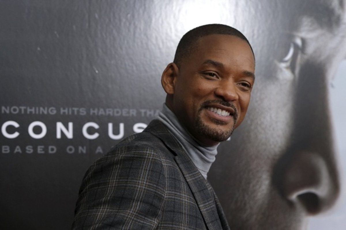 """Actor Will Smith poses as he arrives for the New York premiere of the film """"Concussion"""" in Manhattan"""