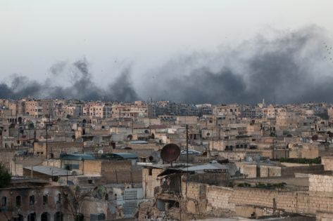 Smoke rises after airstrikes on the rebel-held al-Sakhour neighborhood of Aleppo, Syria April 29, 2016. REUTERS/Abdalrhman Ismail
