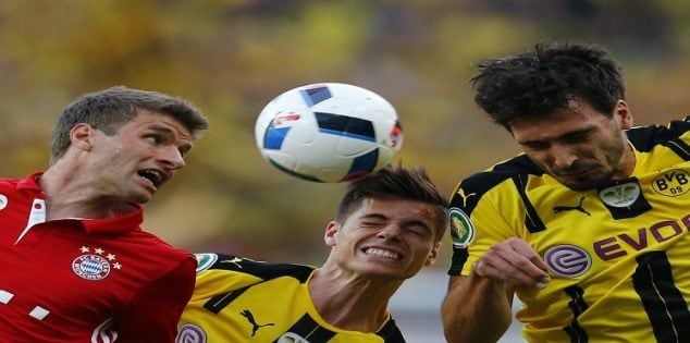 Football Soccer - Bayern Munich v Borussia Dortmund - German Cup (DFB Pokal) Final - Olympiastadion, Berlin, Germany - 21/05/16. Bayern Munich's Thomas Mueller in action with Borussia Dortmund's Mats Hummels and Julian Weigl. REUTERS/Michael Dalder DFB RULES PROHIBIT USE IN MMS SERVICES VIA HANDHELD DEVICES UNTIL TWO HOURS AFTER A MATCH AND ANY USAGE ON INTERNET OR ONLINE MEDIA SIMULATING VIDEO FOOTAGE DURING THE MATCH.