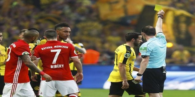Football Soccer - Bayern Munich v Borussia Dortmund - German Cup (DFB Pokal) Final - Olympiastadion, Berlin, Germany - 21/05/16. Match referee Marco Fritz shows yellow card to Borussia Dortmund's Gonzalo Castro and Bayern Munich's Franck Ribery. REUTERS/Kai Pfaffenbach DFB RULES PROHIBIT USE IN MMS SERVICES VIA HANDHELD DEVICES UNTIL TWO HOURS AFTER A MATCH AND ANY USAGE ON INTERNET OR ONLINE MEDIA SIMULATING VIDEO FOOTAGE DURING THE MATCH.