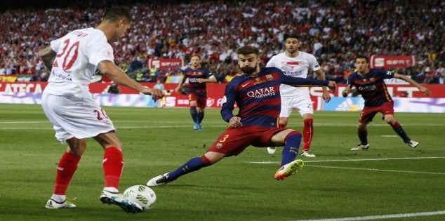 Soccer Football - FC Barcelona vs Sevilla - Copa del Rey Final - Vicente Calderon, Madrid, Spain - 22/5/16 Barcelona's Gerard Pique in action with Sevilla's Vitolo Reuters / Juan Medina Livepic EDITORIAL USE ONLY.