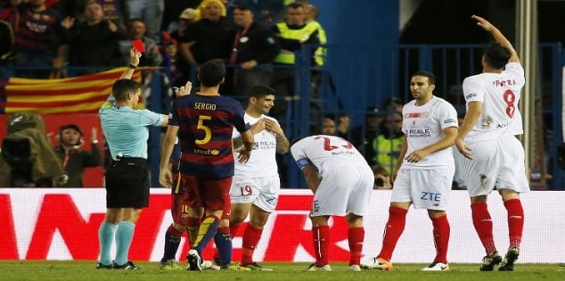 Soccer Football - FC Barcelona vs Sevilla - Copa del Rey Final - Vicente Calderon, Madrid, Spain - 22/5/16 Sevilla's Ever Banega is shown a red card by referee Carlos Del Cerro Grande Reuters / Juan Medina Livepic EDITORIAL USE ONLY.