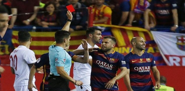 Soccer Football - FC Barcelona vs Sevilla - Copa del Rey Final - Vicente Calderon, Madrid, Spain - 22/5/16 Barcelona's Javier Mascherano is shown a red card by referee Carlos Del Cerro Grande Reuters / Sergio Perez Livepic EDITORIAL USE ONLY.