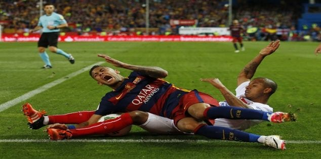 Soccer Football - FC Barcelona vs Sevilla - Copa del Rey Final - Vicente Calderon, Madrid, Spain - 22/5/16 Barcelona's Neymar in action with Sevilla's Mariano Reuters / Sergio Perez Livepic EDITORIAL USE ONLY.