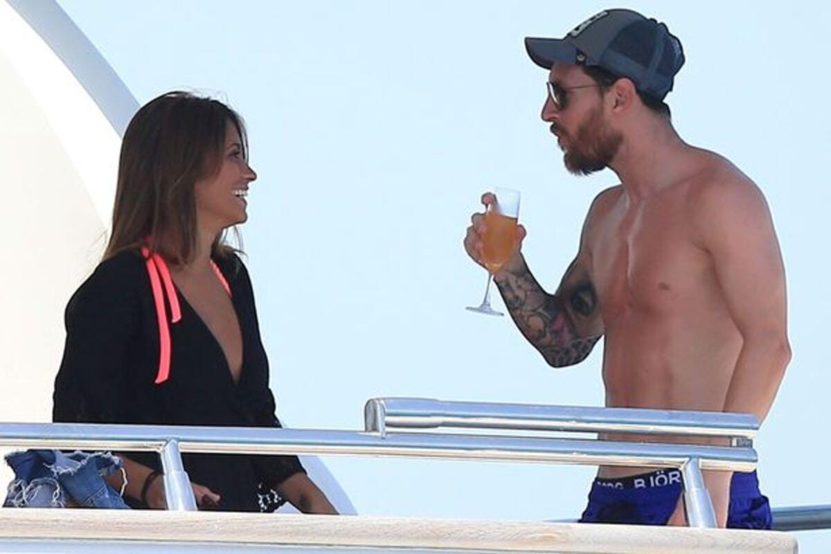PAY-Lionel-Messi-and-his-wife-Antonella-Roccuzzo-on-holiday-in-Ibiza-on-a-yacht