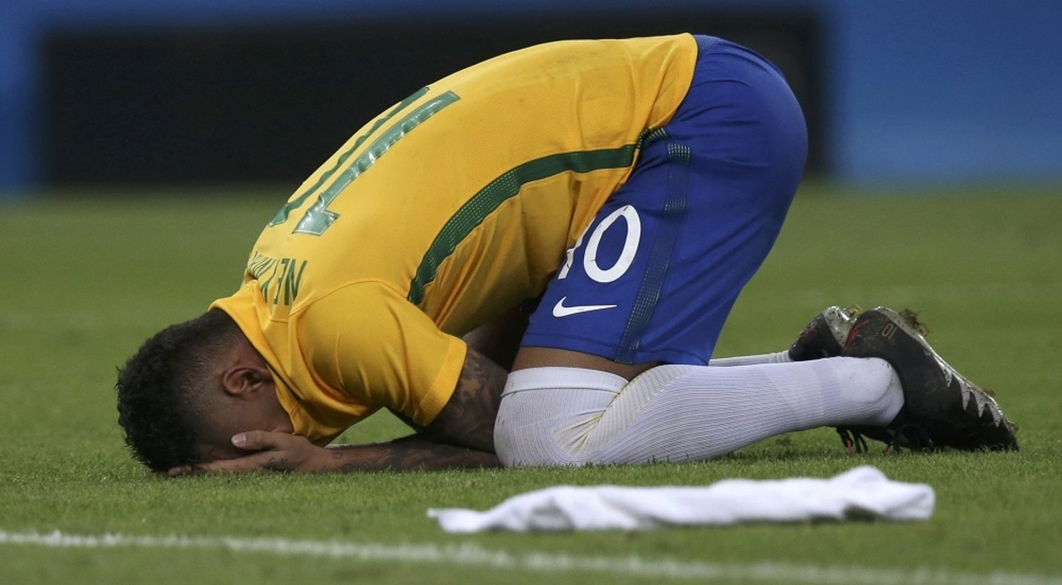 2016 Rio Olympics - Soccer - Final - Men's Football Tournament Gold Medal Match Brazil vs Germany - Maracana - Rio de Janeiro, Brazil - 20/08/2016. Neymar (BRA) of Brazil reacts at the end of the match. REUTERS/Ueslei Marcelino FOR EDITORIAL USE ONLY. NOT FOR SALE FOR MARKETING OR ADVERTISING CAMPAIGNS.
