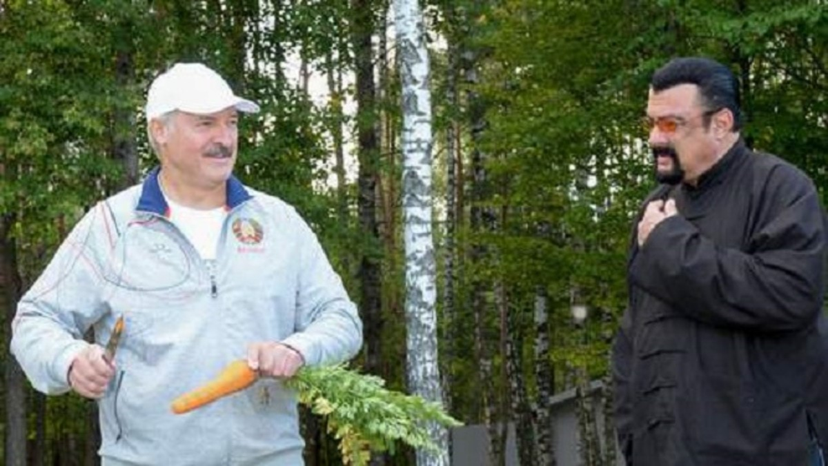 Belarus President Alexander Lukashenko (L) holds a knife and a carrot as he speaks with US actor Steven Seagal (R) who has been recenlty granted Serbian citizenship, during their meeting at his residence of Drozdy, outside Minsk, on August 24, 2016. / AFP PHOTO / BELTA / Stasevich Andrei Olegovich