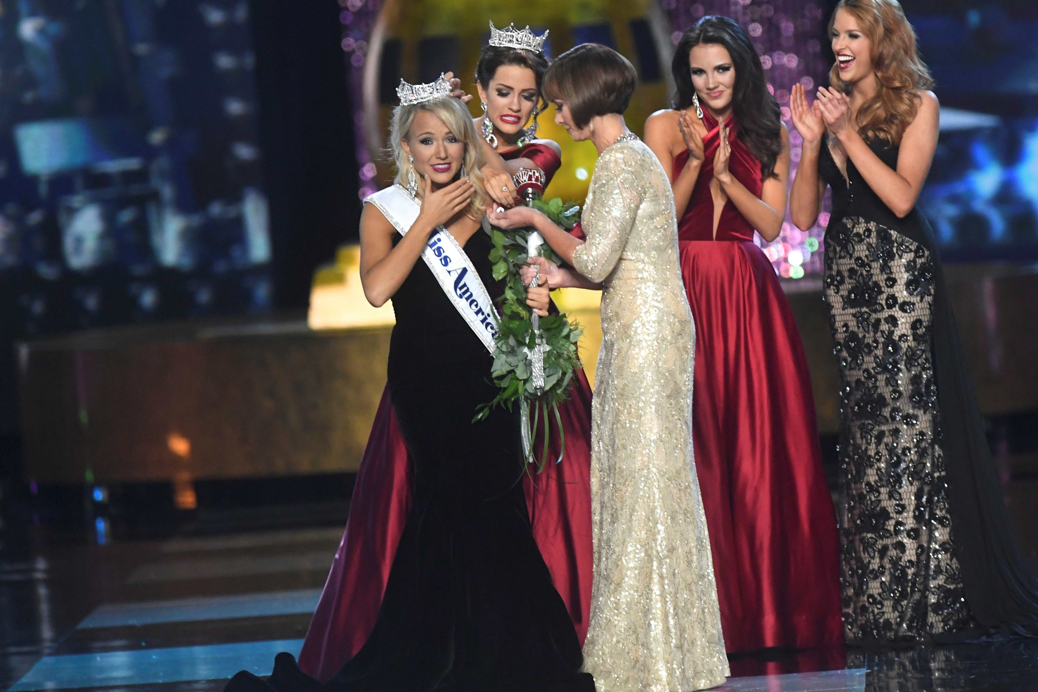(L) Miss Arkansas Savvy Shields, 21, reacts after winning the 96th Miss America Pageant inside Boardwalk Hall in Atlantic City, New Jersey September 11, 2016.  REUTERS/Mark Makela