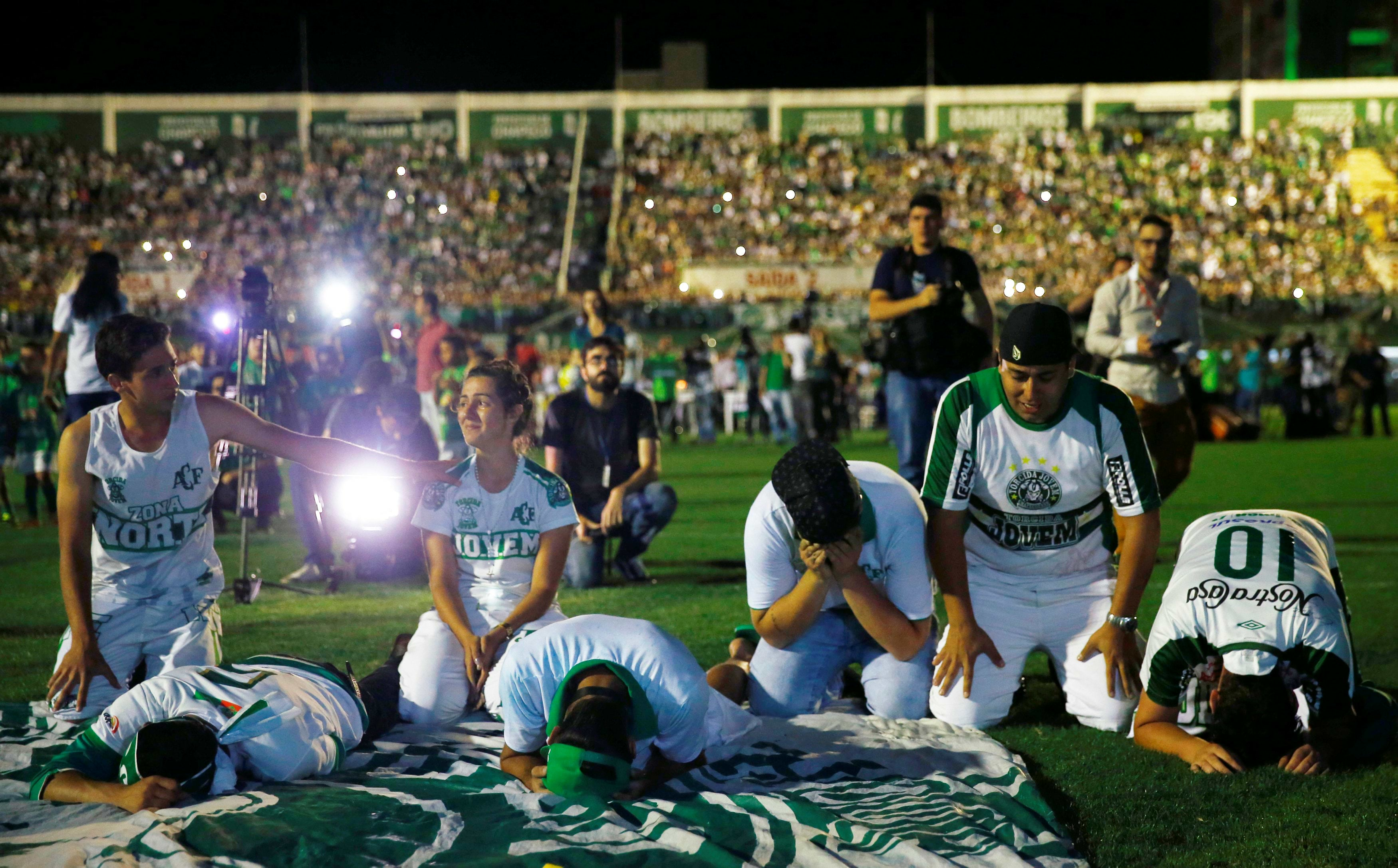 Fans of Chapecoense soccer team pay tribute to Chapecoense's players at the Arena Conda stadium in Chapeco, Brazil November 30, 2016. REUTERS/Ricardo Moraes
